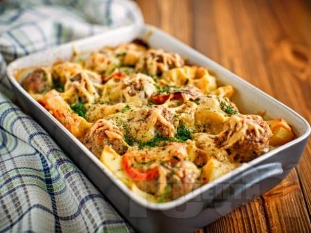 Говежди кюфтенца с картофи, чушки и домати в тава на фурна - снимка на рецептата